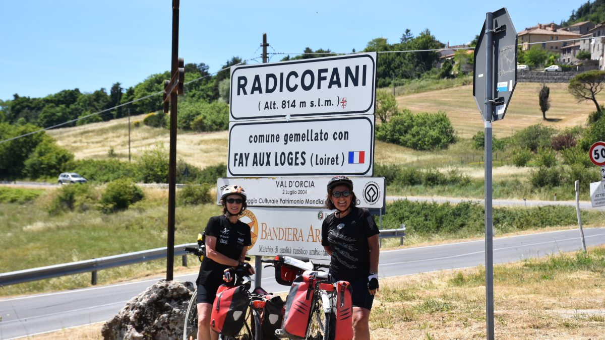 """""""Se ce l'ho fatta io"""": il viaggio e le foto di due amiche in bici lungo la Via Francigena"""