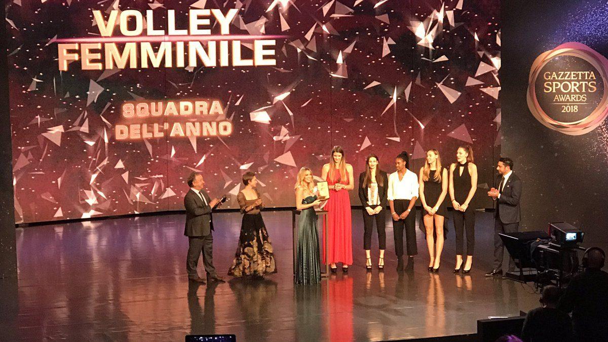 La Nazionale Italiana Femminile di Pallavolo dona a AIL un prezioso premio